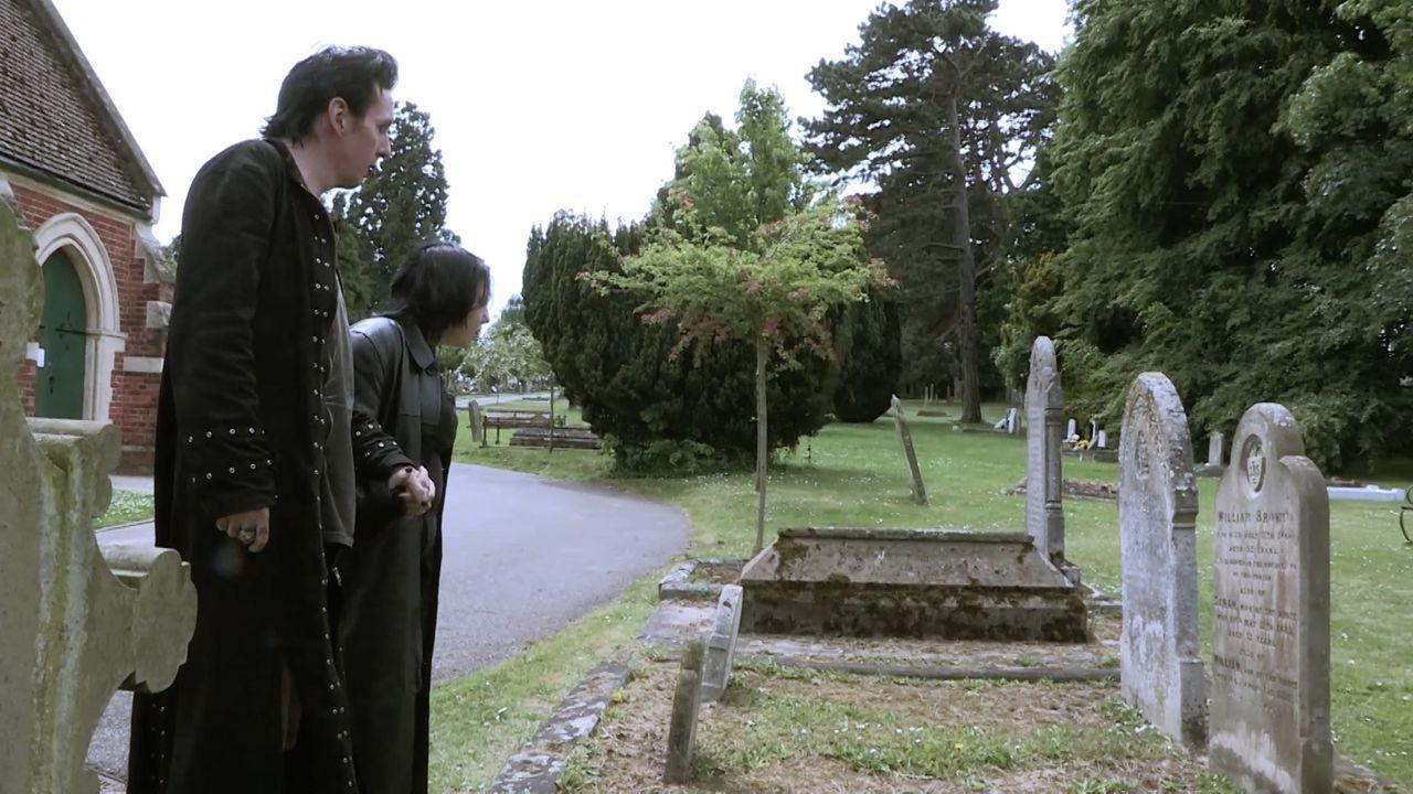 """Jamie begleitet einige """"echte"""" Vampire und versucht, die Ursprünge und Motive hinter diesen grausigen Legenden zu ergründen ... - Bildquelle: TCB Media Rights Ltd.."""