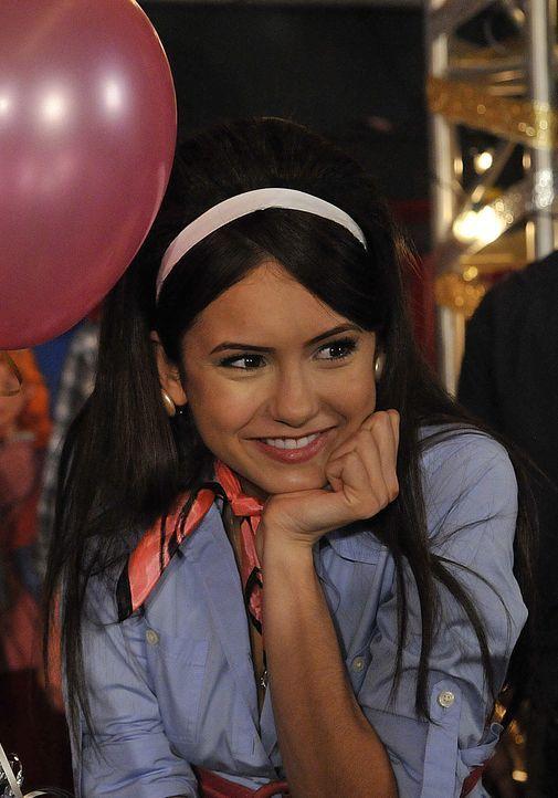 Endlich hat Elena (Nina Dobrev) ihre große Liebe gefunden, die ihr zudem über den Verlust ihrer Eltern hinweg hilft. - Bildquelle: Warner Bros. Television