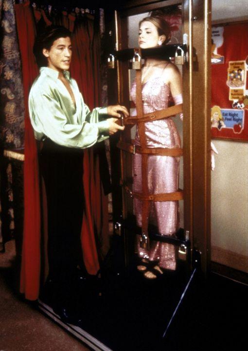 """Als Zauberassistentin von """"Magic Joel"""" (Andrew Keegan) muss Sabrina (Melissa Joan Hart, r.) lernen, was es heißt, seine magischen Kräfte nur vorzu... - Bildquelle: Paramount"""