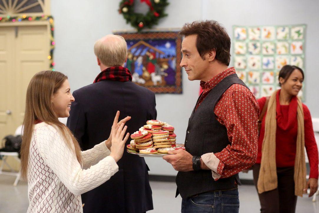 Sue (Eden Sher, l.) ist völlig aus dem Häuschen, als sie von Reverend TimTom (Paul Hipp, r.) die Aufgabe bekommt, für den Snack-Stand beim Krippensp... - Bildquelle: Warner Brothers