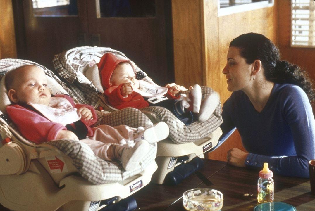 Carol Hathaway (Julianna Margulies, r.) kümmert sich rührend um ihre Zwillinge. - Bildquelle: TM+  2000 WARNER BROS.