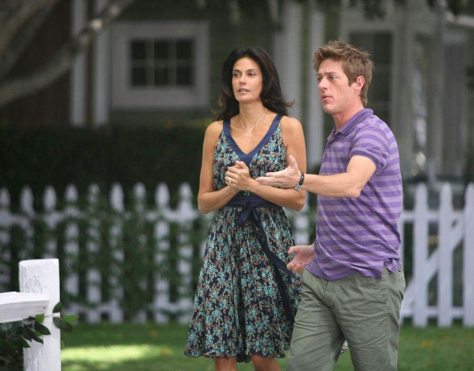 Susan (Teri Hatcher, l.) will sich mit ihren neuen Nachbarn, dem schwulen Pärchen Lee (Kevin Rahm, r.) und Bob, anfreunden. Da dies nicht klappt und... - Bildquelle: ABC Studios