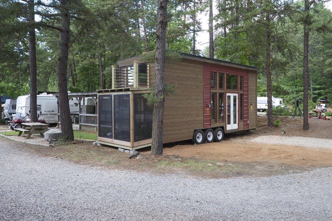"""Die Projektmanagerin Jewel freut sich auf das """"Abenteuer Minihaus"""". 30 Quadratmeter soll es umfassen. Ein großer Kleiderschrank ist für Jewel eine N... - Bildquelle: 2015, HGTV/Scripps Networks, LLC. All Rights Reserved"""