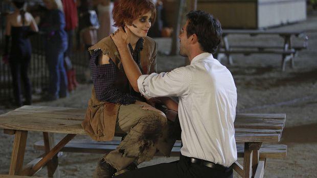 Es ist Halloween und Jess (Zooey Deschanel, l.) bekommt einen Job als Zombie...