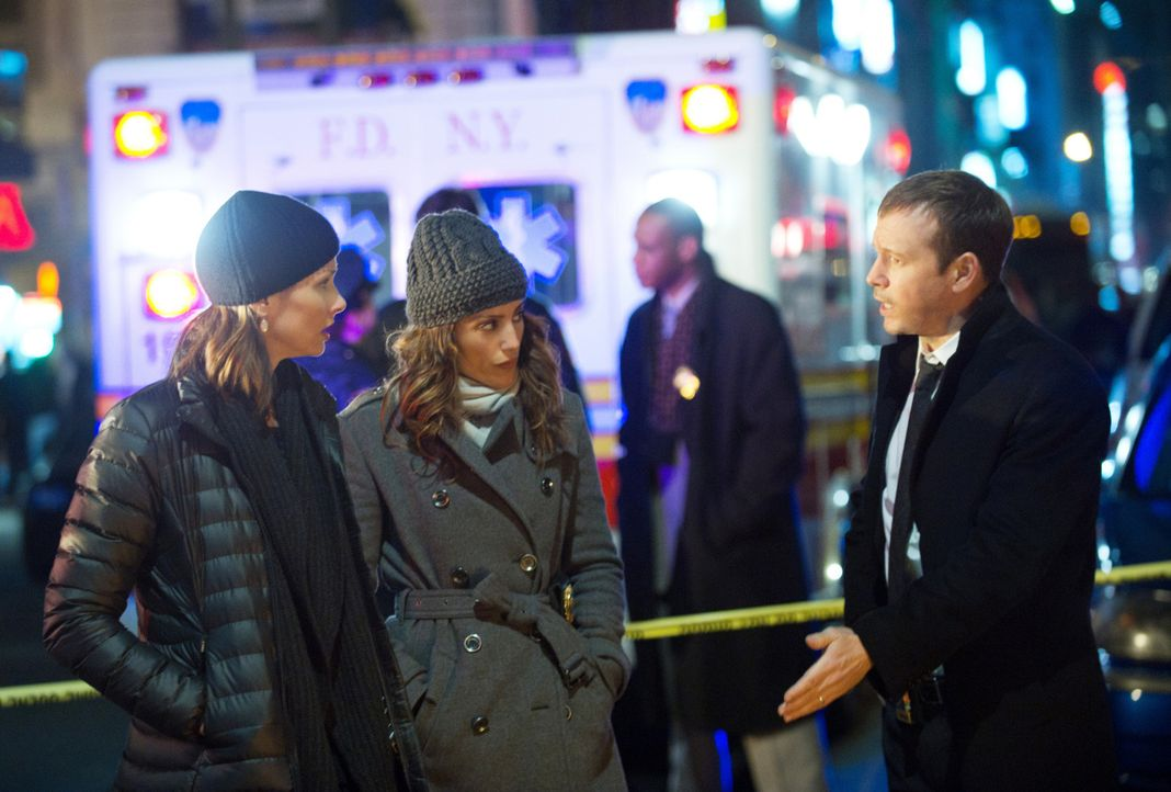 Wie soll Erin (Bridget Moynahan, l.) den Bandenboss hinter Gittern bringen? Danny (Donnie Wahlberg, r.) und Jackie (Jennifer Esposito, M.) sind ratl... - Bildquelle: John Paul Filo 2011 CBS Broadcasting Inc. All Rights Reserved