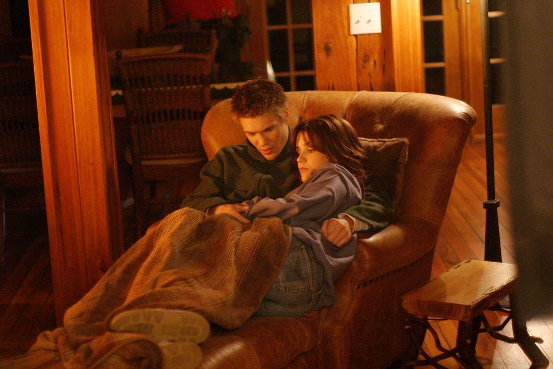 Auch Lucas (Chad Michael Murray, l.) und Brooke (Sophia Bush, r.) genießen das romantische Wochenende, um die schrecklichen Erlebnisse an der Schul... - Bildquelle: Warner Bros. Pictures