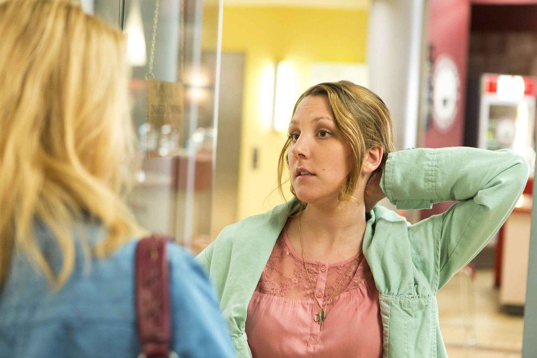 Wiebke (Nikola Kastner, r.), eine neue Mandantin, erscheint in Dannis (Annette Frier, l.) Büro und bittet sie um Hilfe. Doch Danni hat keine Zeit un... - Bildquelle: Frank Dicks SAT.1