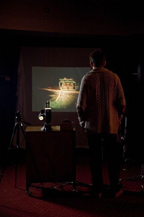 Die Filme, die Ellison (Ethan Hawke) im neuen Haus der Familie findet, zeigen schreckliche Bilder, von denen sich der Autor nicht sicher ist, ob sie... - Bildquelle: Phillip Caruso 2011 GAME CHANGE