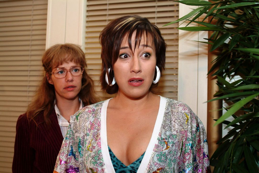 Yvonne (Bärbel Schleker, r.) kann kaum glauben, Max und Inka in flagranti erwischt zu haben - und macht die entsetzte Lisa (Alexandra Neldel, l.) da... - Bildquelle: Monika Schürle Sat.1