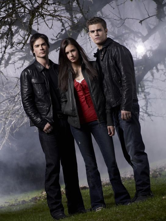 (1. Staffel) - Elena Gilbert (Nina Dobrev, M.) lernt in der High School den mysteriösen Stefan (Paul Wesley, r.) kennen. Als dann noch dessen böser... - Bildquelle: Warner Brothers