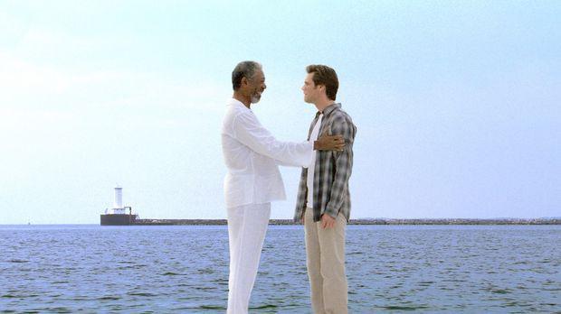 Gott (Morgan Freeman, l.) überträgt Bruce (Jim Carrey, r.) seine Fähigkeiten,...