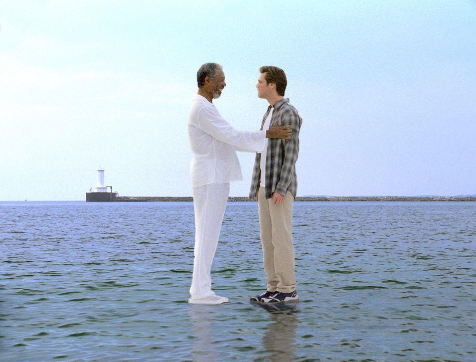 Gott (Morgan Freeman, l.) überträgt Bruce (Jim Carrey, r.) seine Fähigkeiten, während er selbst in einen langen Urlaub geht ... - Bildquelle: 2003 Universal Studios. All rights reserved