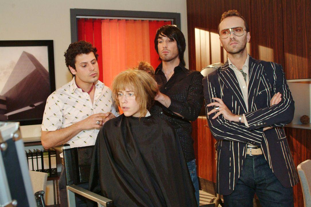 Während sich der Haarstylist (Raphael Koeb, 2.v.r.) an ihre Frisur macht, ist Lisa (Alexandra Neldel, 2.v.l.) entschlossen, sich gegenüber Rokko (Ma... - Bildquelle: Monika Schürle Sat.1