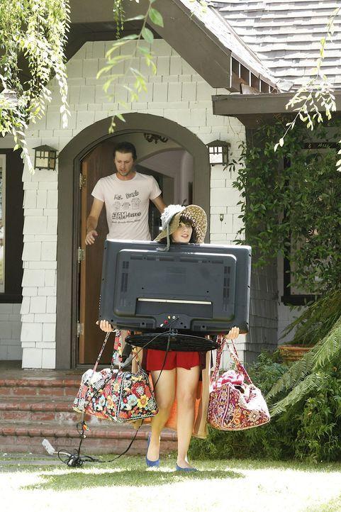 Auf Anraten ihrer Mitbewohner macht sich Jess (Zooey Deschanel, vorne) auf und holt ihre Sachen aus Spencers (Ian Wolterstorff, hinten) Wohnung ... - Bildquelle: 20th Century Fox
