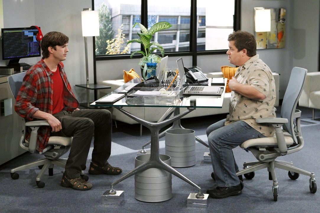 Ahnen nicht, was sie sich antun, als sie Jake und Eldridge bei sich in der Firma arbeiten lassen: Billy (Patton Oswalt, r.) und Walden (Ashton Kutch... - Bildquelle: Warner Brothers Entertainment Inc.