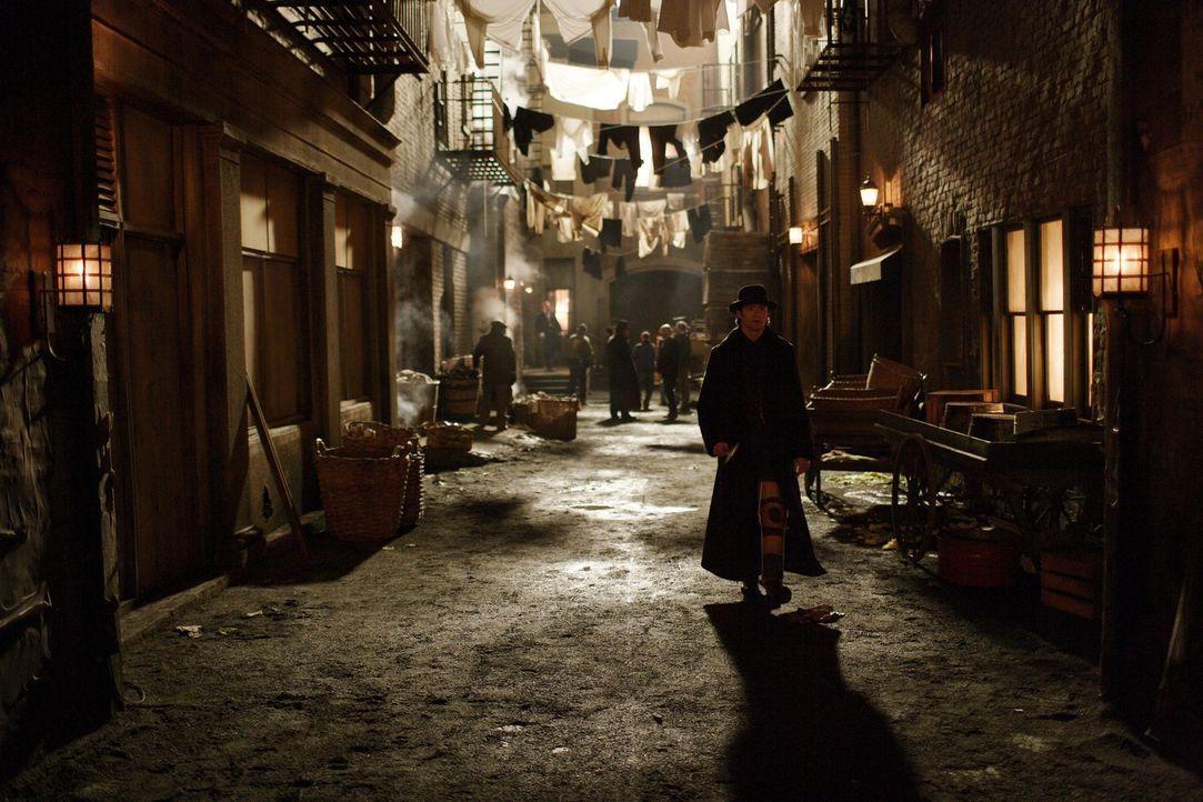 Als Roberts (Hugh Jackman, vorne) und Alfreds größter Trick fehlschlägt, werden sie zu lebenslangen Feinden - jeder darauf versessen, den anderen zu... - Bildquelle: Warner Television