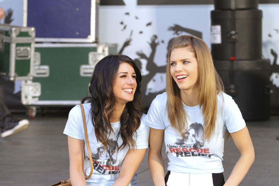 Die Schwestern Naomi (AnnaLynne McCord, r.) und Annie (Shenae Grimes, l.) sind genau auf einer Wellenlänge. Sie teilen so ziemlich alles und sind b... - Bildquelle: TM &   CBS Studios Inc. All Rights Reserved