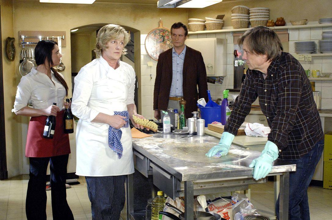In der Küche des Restaurants Goldelse wird mit Feuereifer geputzt, als der Beamte des Gesundheitsamtes eintrifft... v.l.n.r.: Paloma (Maja Maneiro),... - Bildquelle: Claudius Pflug Sat.1