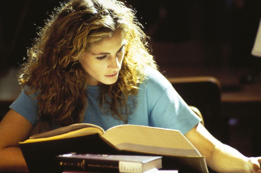 Der Aufsatz von der Jurastudentin Darby Shaw (Julia Roberts) über den Tod zweier Juristen bringt sie und alle in ihrem Umfeld in tödliche Gefahr ... - Bildquelle: 1993 Warner Brothers