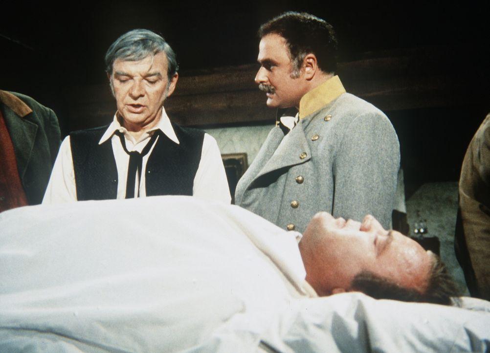 Nachdem der ehemalige Südstaatenoffizier Shanklin (Charles Cioffi, r.) Hoss (Dan Blocker, liegend) schwer verwundet hat, wird der Arzt Dr. Ingram (D... - Bildquelle: Paramount Pictures