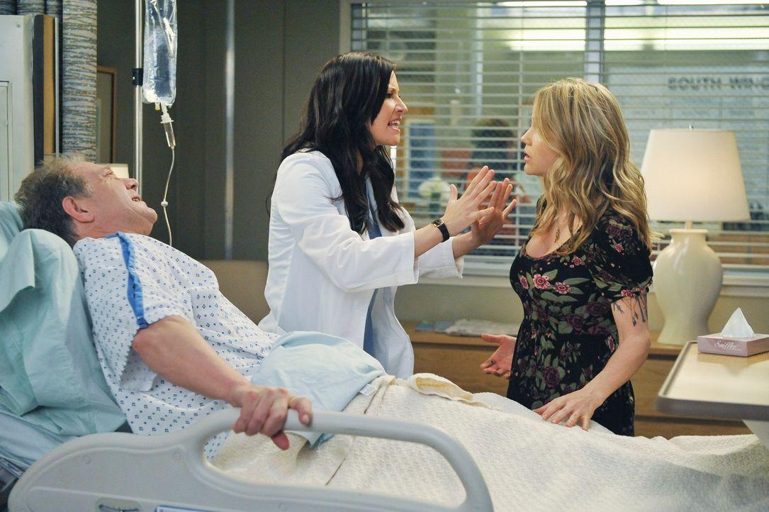 Lexie (Chyler Leigh, M.) kommt damit nicht zurecht, dass ihr Vater (Jeff Perry, l.) mit einer jungen Freundin (Alexa Havins, r.) in ihrem Alter im K... - Bildquelle: ABC Studios