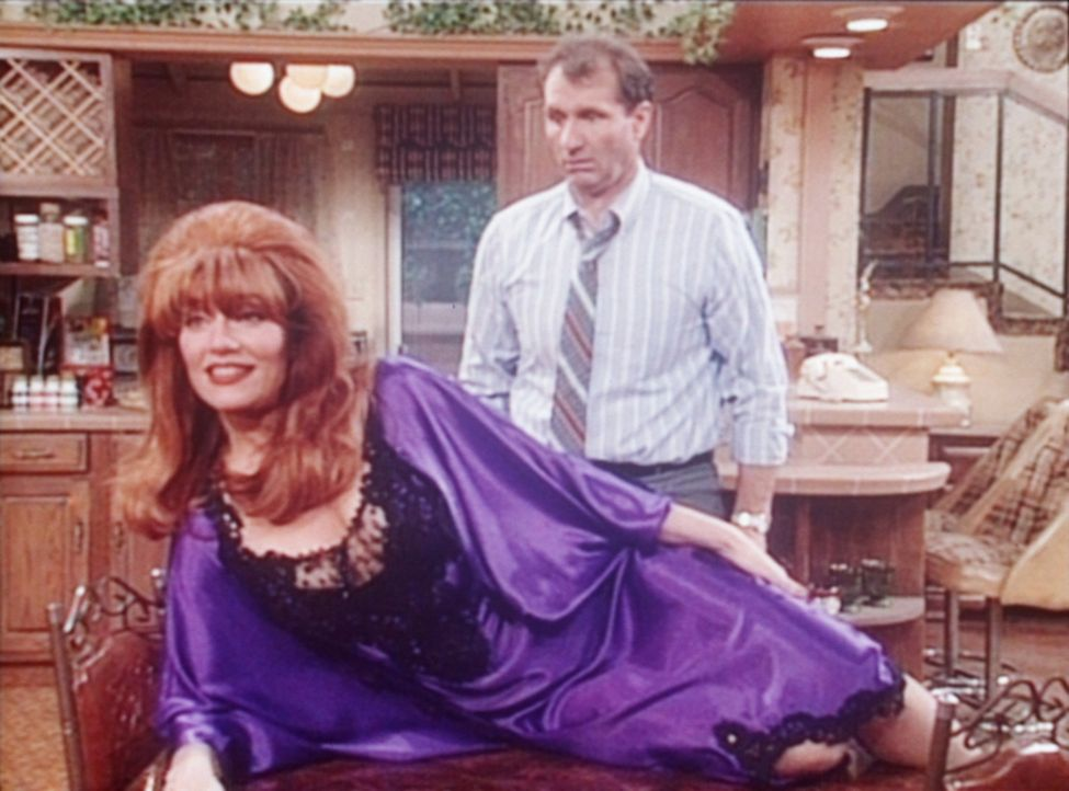 Peggy (Katey Sagal, l.) versucht, Sexmuffel Al (Ed O'Neill, r.) in Fahrt zu bringen. - Bildquelle: Columbia Pictures