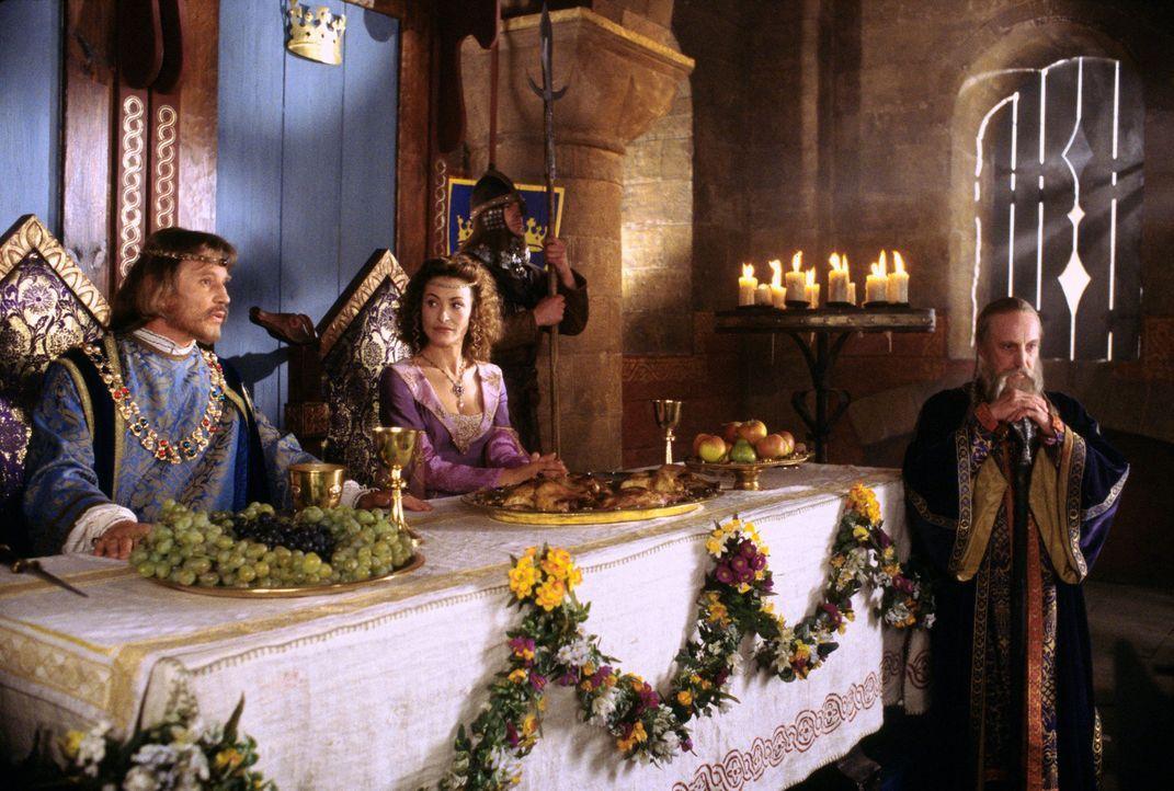 Als es Vivien gelingt, die Sonne wieder erscheinen zu lassen, wird sie von König Artus (Michael York, l.) und seiner Gattin, Königin Guinivere (Am... - Bildquelle: Disney