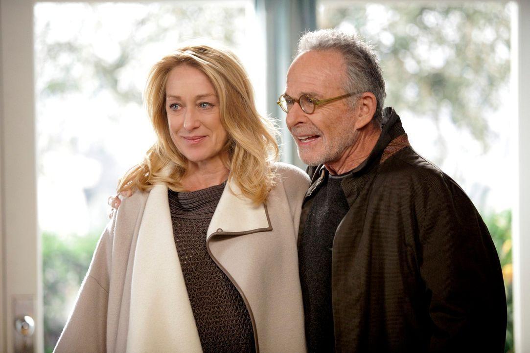 Saul (Ron Rifkin, r.) ist sich sicher, dass er sich von Holly (Patricia Wettig, l.) nicht verabschieden will ... - Bildquelle: 2010 American Broadcasting Companies, Inc. All rights reserved.