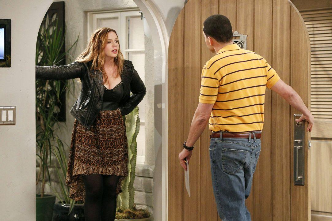 Als plötzlich Charlies 25-jährige Tochter Jenny (Amber Tamblyn, l.) vor der Tür steht, ist Alan (Jon Cryer, r.) geschockt, da er doch von ihrer Exis... - Bildquelle: Warner Brothers