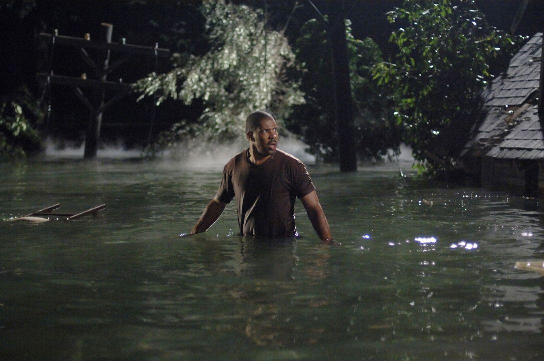Rückblende: Aaron (Eriq La Salle) versucht sich und seine Familie aus den Fluten zu retten ... - Bildquelle: Warner Bros. Entertainment Inc.