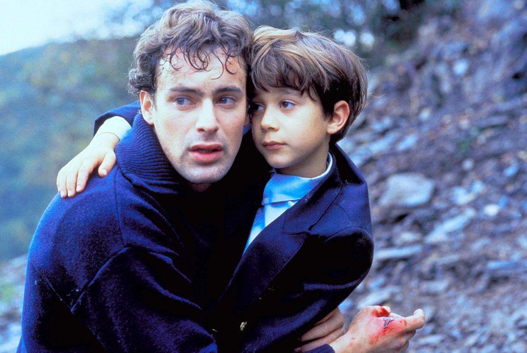 Im letzten Moment kann Thomas (Gedeon Burkhard, l.) seinen Sohn Tobias (Raphael Ghobadloo, r.) aus den Fängen Dorotheas retten ... - Bildquelle: Horn-Link ProSieben