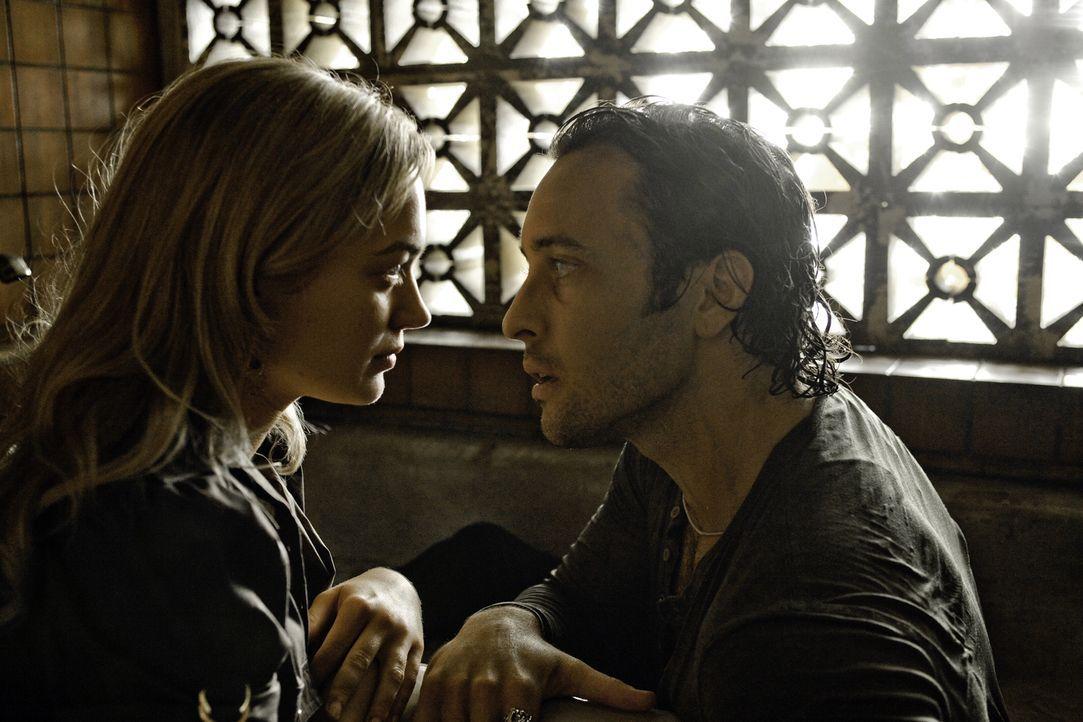 Stundenlang machte sich Beth (Sophia Myles, l.) große Sorgen um Mick (Alex O'Loughlin, r.), der spurlos verschwunden war. Als sie ihn endlich findet... - Bildquelle: Warner Brothers