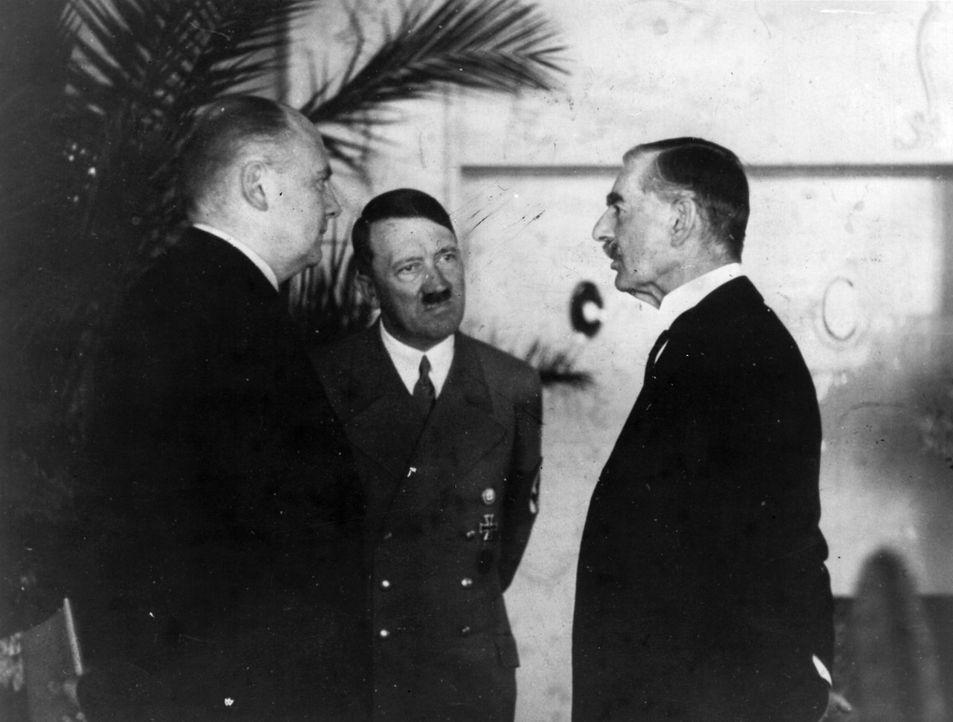 Am 22. September 1938 trafen im Rheinhotel Dreesen Adolf Hitler (M.), Neville Chamberlain (r.), Édouard Daladier und Benito Mussolini zusammen. Kurz... - Bildquelle: Fox Photos/Getty Images