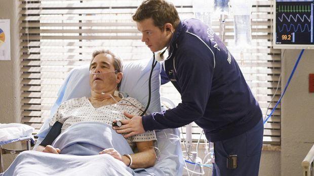 Angus (Harry Ford, r.) kümmert sich um Pete (Beau Bridges, l.), der sich weig...