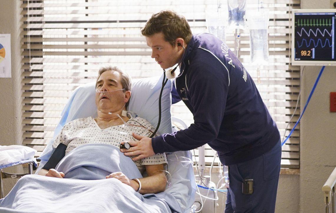 Angus (Harry Ford, r.) kümmert sich um Pete (Beau Bridges, l.), der sich weigert, einen lebenswichtigen Eingriff vornehmen zu lassen ... - Bildquelle: 2016 ABC Studios. All rights reserved.