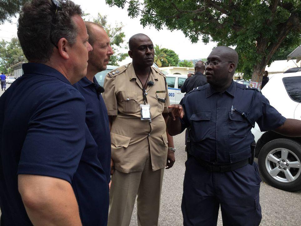 Die Polizei in Jamaika ist 24 Stunden im Einsatz und hat es immer wieder mit den absurdesten Fällen zu tun. Auch auf Toto (l.) und Harry (2.v.l.) wa... - Bildquelle: kabel eins