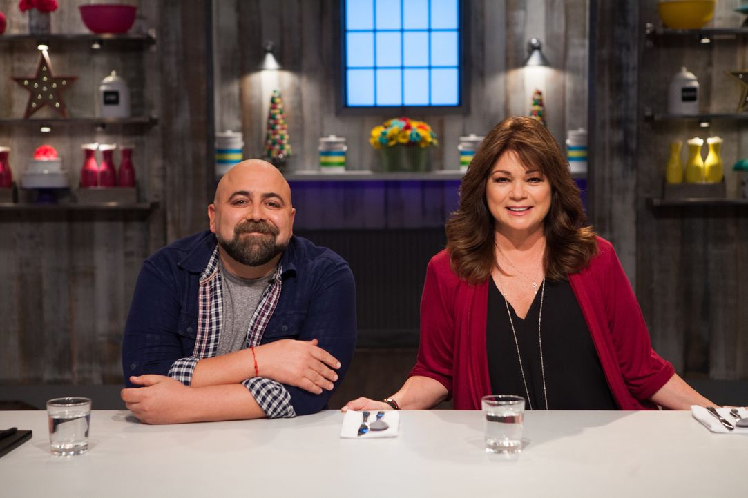 (v.l.n.r.) Duff Goldman; Valerie Bertinelli - Bildquelle: 2017, Television Food Network, G.P. All Rights Reserved.
