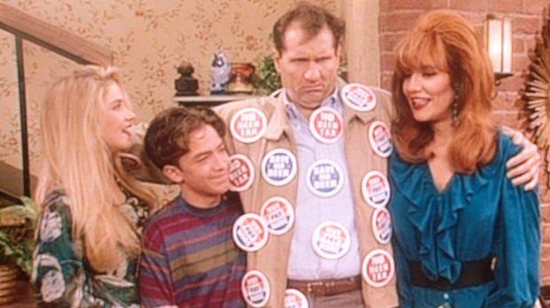 Al (Ed O'Neill, 2.v.r.) schwört Peggy (Katey Sagal, r.), Bud (David Faustino,...