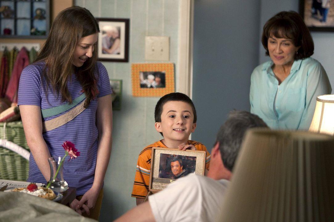 Wenn der Vatertag ansteht, setzt Frankie (Patricia Heaton, r.) alle Hebel in Bewegung, um für Mike (Neil Flynn, vorne), zusammen mit Sue (Eden Sher,... - Bildquelle: Warner Brothers