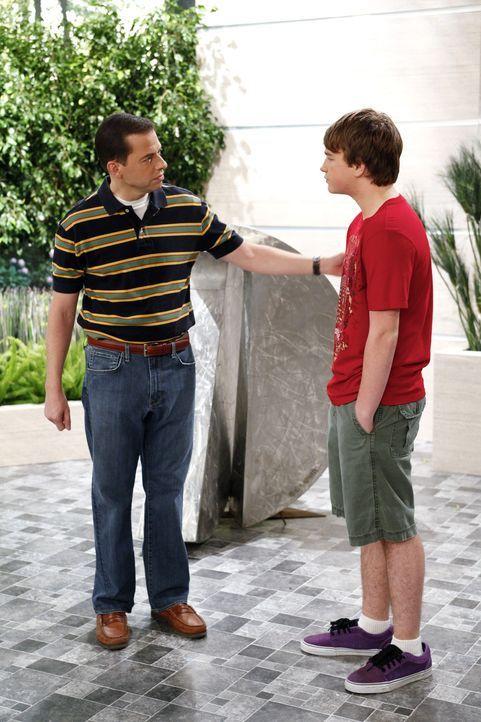 Als Charlie ihm die Tour versaut, rächt sich Jake (Angus T. Jones, r.) mit einer Gemeinheit: Er lädt Evelyn zu einem Geburtstagsessen ein. Um ihre... - Bildquelle: Warner Bros. Television