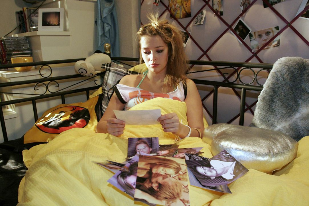 Hannah (Laura Osswald) betrachtet verzweifelt Fotos ihrer gescheiterten Liebe zu Marc. - Bildquelle: Noreen Flynn Sat.1