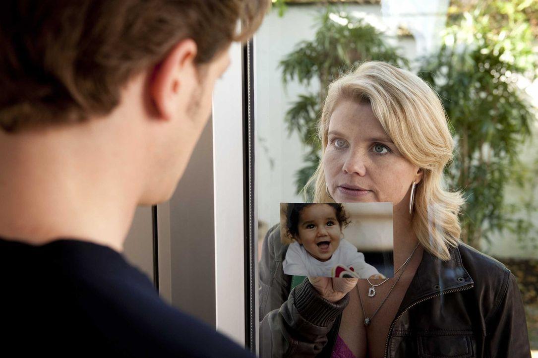 Um die Abschiebung von Momo nach Somalia zu verhindern geht Danni (Annette Frier, r.) auf die Suche nach dem Vater der Kleinen. Doch hat sie in Paul... - Bildquelle: SAT.1