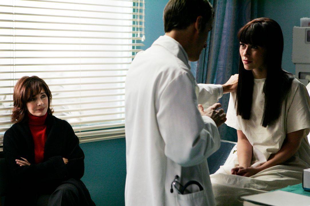 Sorgvoll beobachtet Beth Gordon (Anne Archer, l.) wie Dr. Epstein (Wayne Pere, M.) ihre Tochter Melinda Gordon (Jennifer Love Hewitt, r.) untersucht. - Bildquelle: ABC Studios