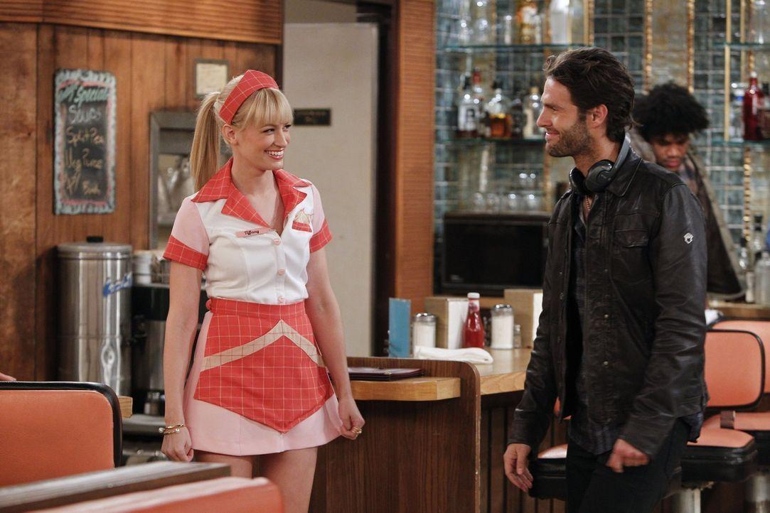 """Die Crew der Fernsehserie """"Law & Order: SVU"""" dreht im Diner eine Szene. Caroline (Beth Behrs, l.) soll das Mordopfer spielen. Doch als sie bei einem... - Bildquelle: Warner Bros. Television"""