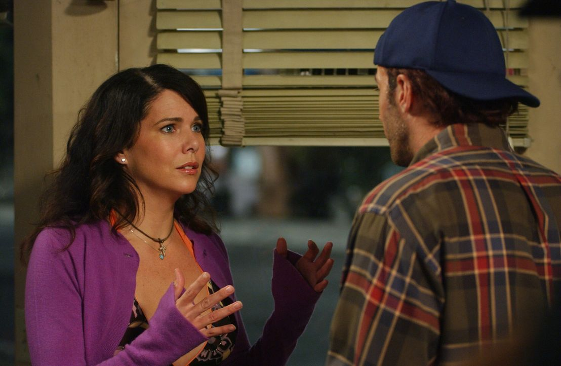 Lorelai (Lauren Graham, l.) ist am Boden zerstört über den Streit mir Rory. Wie gewöhnlich sucht sie Rat bei Luke (Scott Patterson, r.) ... - Bildquelle: Copyright Warner Brother International Television