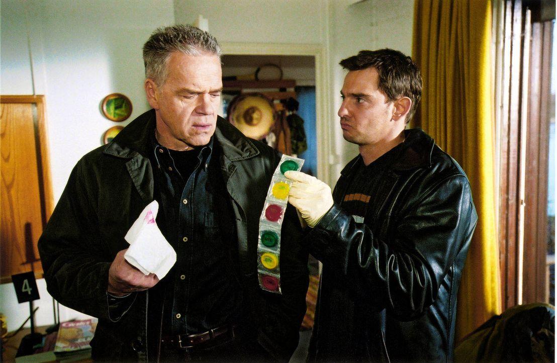 Kommissar Wolff (Jürgen Heinrich, l.) und Tom (Steven Merting, r.) sichern die Spuren am Tatort. Offensichtlich war der ermordete Max Hertzog nicht... - Bildquelle: Claudius Pflug Sat.1