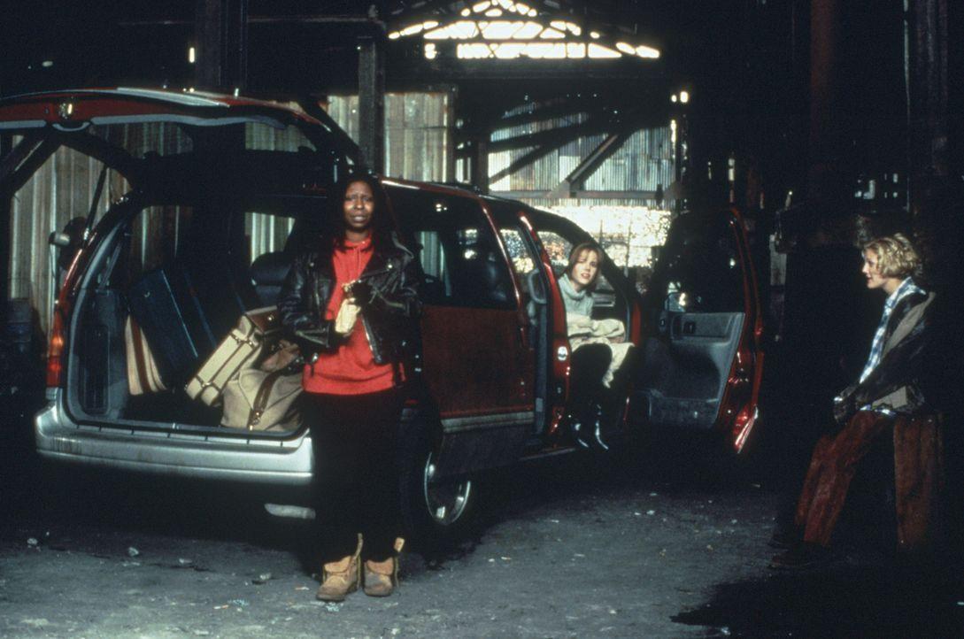 Die Nachtclubsängerin Jane (Whoopi Goldberg, l.) und die Immobilienmaklerin Robin (Marie-Louise Parker, M.) haben die Nase voll von New York. Sie ma... - Bildquelle: Warner Bros.
