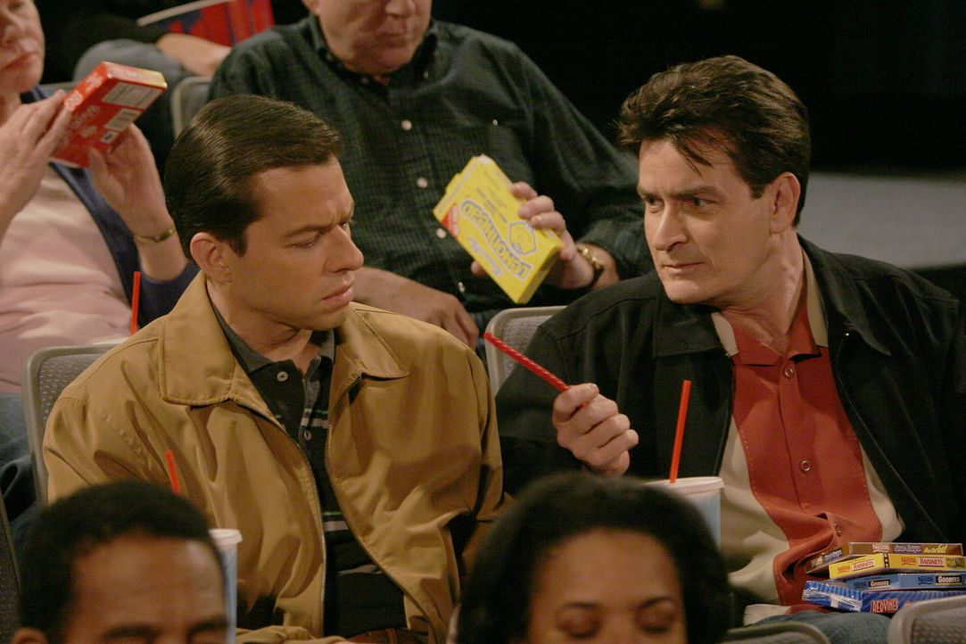 Um Alan (Jon Cryer, l.) von seinem Schmerz etwas abzulenken, geht Charlie (Charlie Sheen, r.) mit ihm ins Kino ... - Bildquelle: Warner Brothers Entertainment Inc.