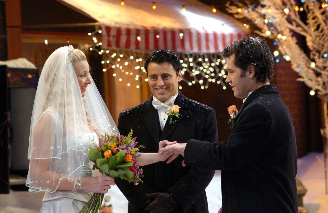 Um die Hochzeit von Phoebe (Lisa Kudrow, l.) und Mike (Paul Rudd, r.) nicht absagen zu müssen, springt Joey (Matt LeBlanc, M.) als Pfarrer ein ... - Bildquelle: 2003 Warner Brothers International Television