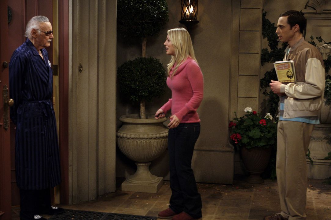 Penny (Kaley Cuoco, M.) bekommt über Stuart an Stan Lees (Stan Lee, l.) Adresse heran und schleppt Sheldon (Jim Parsons, r.), auf Wiedergutmachung... - Bildquelle: Warner Bros. Television